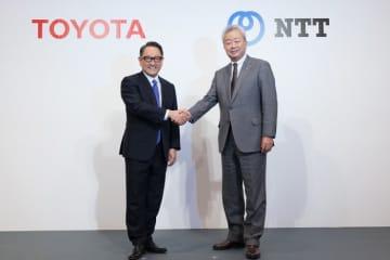 トヨタ自動車の豊田章男社長(左)とNTTの澤田純社長。(画像: トヨタ自動車の発表資料より)