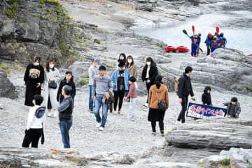 長瀞ラインくだりの乗船客などでにぎわいを見せていた岩畳周辺=27日午後1時40分ごろ、長瀞町長瀞