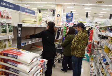 店内の米売り場では断続的に品薄となり、店員が補充を繰り返していた=27日午前、さいたま市内の食品スーパー
