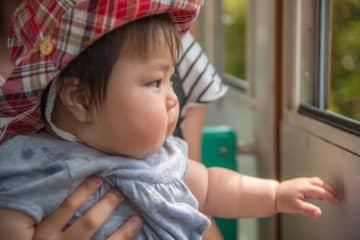 小さい子を連れてのお出かけは、「いつグズり出すか…」というハラハラ&緊張の連続ですよね(shirohige/stock.adobe.com)
