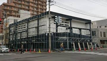 解体工事が始まり、次々と足場が設置されていく「田中屋」旧店舗=27日