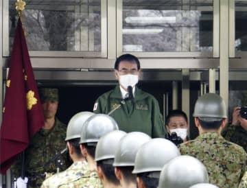 陸上自衛隊の隊員に訓示する河野防衛相=28日午前、さいたま市の陸自大宮駐屯地