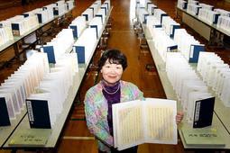 源氏物語の写本を全て書き写した高橋富子さん=青山公民館