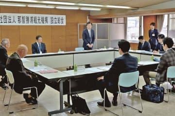 那智勝浦観光機構の設立総会であいさつをする堀順一郎町長(中央)=27日、和歌山県那智勝浦町で