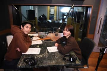 パーソナリティの賀来賢人(左)と山本舞香さん