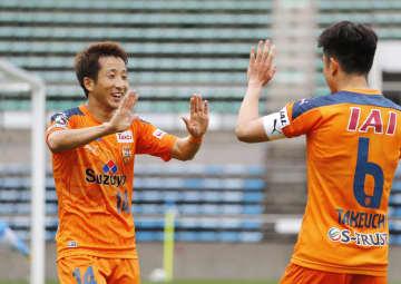 清水―磐田 1試合目の後半、自身2点目のゴールを決め、竹内(6)とタッチを交わす清水・後藤=アイスタ