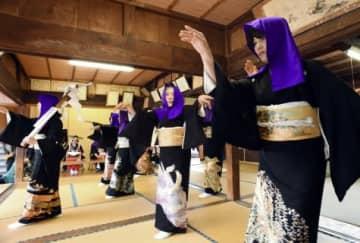 新型コロナウイルス感染症の終息を願い舞う「疱瘡踊り」=薩摩川内市の入来麓上公民館