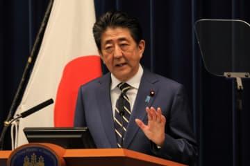 新型コロナウイルスの感染拡大に対する経済対策について説明する安倍晋三首相