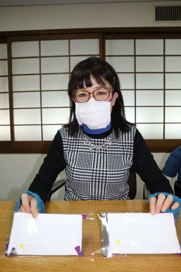 服飾関連の職歴を生かしてマスクを手作りし、京都市社協に寄贈する吉平さん(京都市中京区)