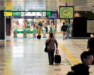 観光客の姿はほとんど見えず、閑散とする新幹線改札口=28日午前9時10分ごろ、JR仙台駅