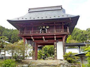 伝統的な入母屋造が特徴の円通寺鐘楼門