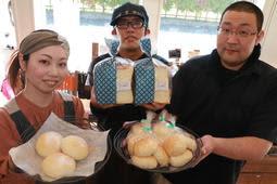 売れ残ったうどんの活用を提案してパンの販売を始めた(右から)「和心。」の垣内正和さんと苺一笑の西川剛さん、美紗さん=苺一笑