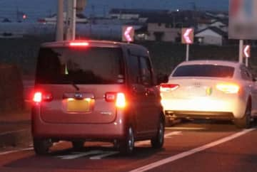 2件の偽装事故のうち1件の現場となったT字交差点。2018年12月9日午後7時50分ごろ、車2台に分乗して追突事故を起こした=島原市稗田町(写真は一部加工)