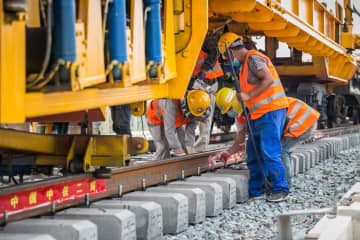 中国・ラオス鉄道、レール敷設工事始まる