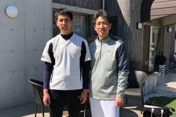 佐藤圭祐投手(左)と野口寿浩氏【写真:編集部】
