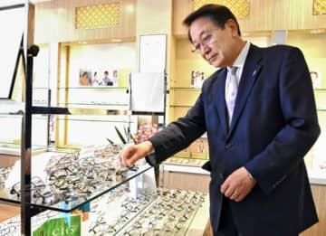 リニューアルオープンした店舗でメガネをそろえる石沢社長