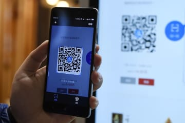 A consumer scans an Alipay QR code to pay for the order at a self-service restaurant in Hangzhou, Zhejiang province. [Photo/Xinhua]