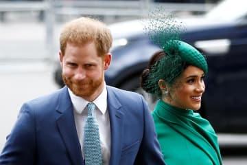 ヘンリー英王子(左)と妻メーガン妃=9日、ロンドン(ロイター=共同)