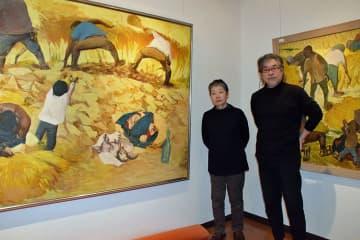 再オープンに向けて展示室で準備作業を進める岡田館長(左)と山本アートディレクター