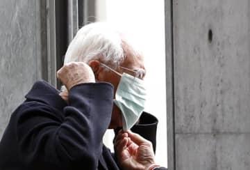マスクを着けるジョルジオ・アルマーニ氏=2月23日、イタリア・ミラノ(ロイター=共同)