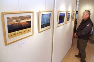 阿賀野川やハクチョウを撮影した作品が並ぶ写真展=28日、新潟市秋葉区