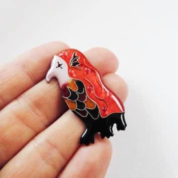 七宝焼きのイメージが覆るポップなデザインの「アマビエ」(提供:さとうゆうきさん)