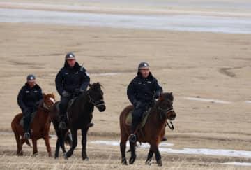 渡り鳥見守る馬背警隊 内モンゴル自治区