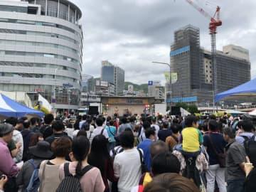 大勢の人でにぎわう昨年の「神戸まつり」のようす(写真:ラジオ関西)