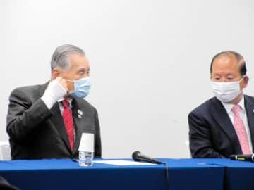 東京五輪組織委員会の森喜朗会長(左)と武藤敏郎事務総長の会見。五輪新日程の決定を受け世界陸連が声明を発表