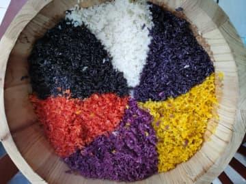 プイ族女性、伝統行事「三月三」を祝う彩色おこわ作り 貴州省
