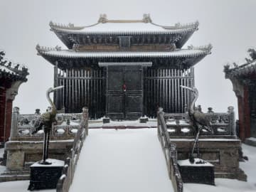 春の雪に覆われた武当山の山頂 湖北省十堰市