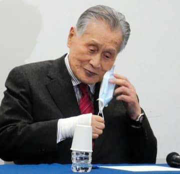 会見に臨む前にマスクを外す森喜朗会長