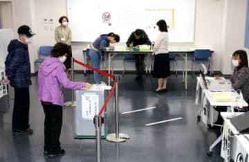 市神辺支所の期日前投票所で1票を投じる有権者たち