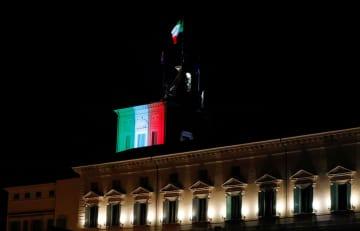大統領官邸のクイリナーレ宮殿に投影されたイタリア国旗=30日、ローマ(ロイター=共同)