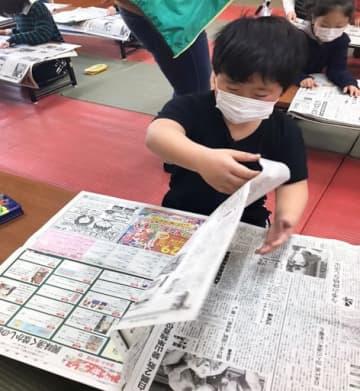 新聞丸読み活動に取り組む児童ら(提供)