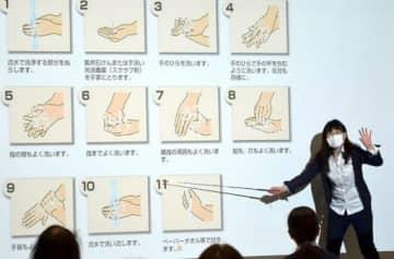 確実な手洗い方法について説明する荒川教授