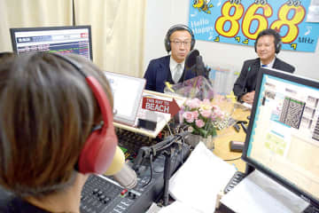 特別番組にゲスト出演する市立西中の小島久和校長(左)と市立西方小の沢田一郎校長