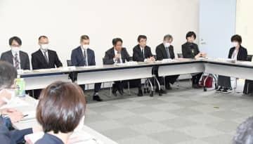 障害者施設での新型コロナ集団感染を受けて国、県、船橋市、東庄町の担当者らが開いた緊急会議=30日、東庄町役場