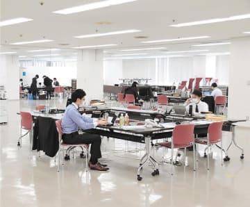 大会議室に設けたスペースで業務する行員=仙台市青葉区の七十七銀行本店