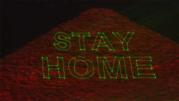 「家にいよう」呼びかけ ピラミッドから感染予防のメッセージ エジプト 画像