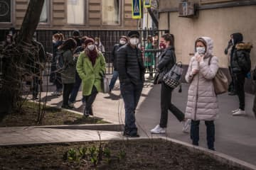People wait to be tested for the coronavirus in Moscow, March 27, 2020. (New York Times photo)