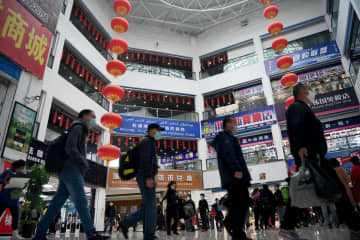 中国・カザフ国境のコルガス国際国境協力センターが営業再開、にぎわい戻る 新疆ウイグル自治区