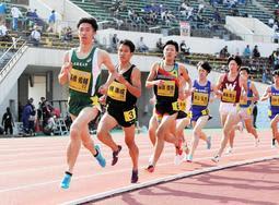 2019年のリレーカーニバルグランプリ男子1500メートルで快走する高橋佑輔選手(先頭)ら=神戸市須磨区、ユニバー記念競技場