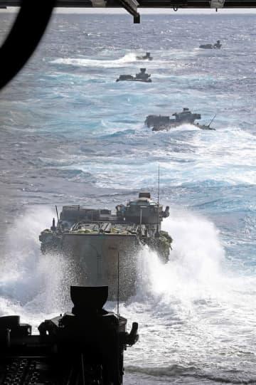 離島防衛を想定した水陸両用作戦の訓練で、輸送艦「くにさき」から発進する水陸両用車=昨年11月。鹿児島県、種子島沖