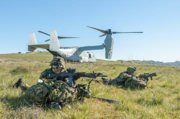 米海兵隊との実動訓練「アイアン・フィスト」中に、米軍のオスプレイで上陸した陸自水陸機動団の隊員(水陸機動団提供)