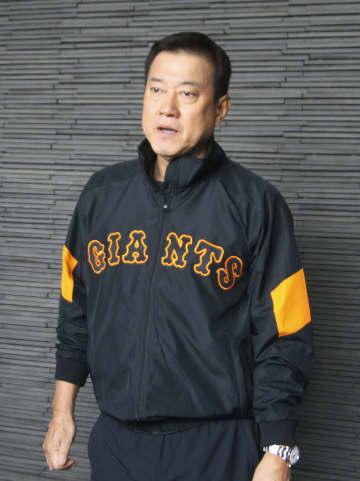 取材に応じる巨人の原監督=31日、川崎市のジャイアンツ球場