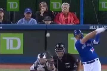おばあちゃんの眼前に鋭いファールボールが飛ぶも…!?(画像はスクリーンショットです)