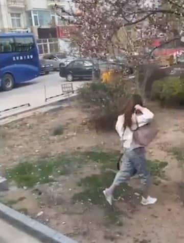 新型コロナ隔離を拒否!車の窓から飛び降りて脱走図る―中国