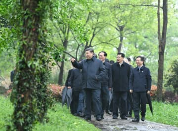 President Xi Jinping visits the country's first national wetland park - the Hangzhou Xixi National Westland Park - in East China's Zhejiang province on Tuesday amid his inspection tour to the province. [Photo/Xinhua]
