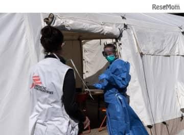 ベルギーの首都ブリュッセルに特設された医療テントで、感染疑いのある移民の医療援助にあたる国境なき医師団スタッフ (c) Joffrey Monnier/MSF